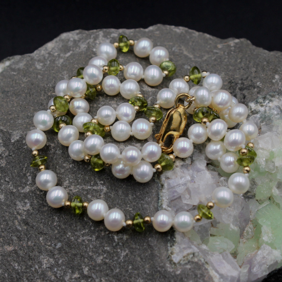 5mm white round cultured pearl and peridot button beads necklace
